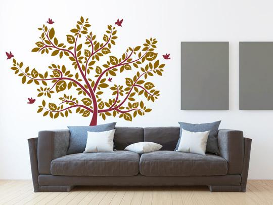 graues Sofa mit farbigem Wandtattoo