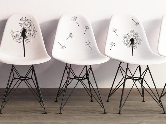 Weiße Stühle mit Wandtattoos beklebt
