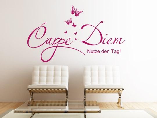 Pinker Wandspruch auf weißer Wand