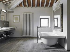 Modernes Bad mit Holz
