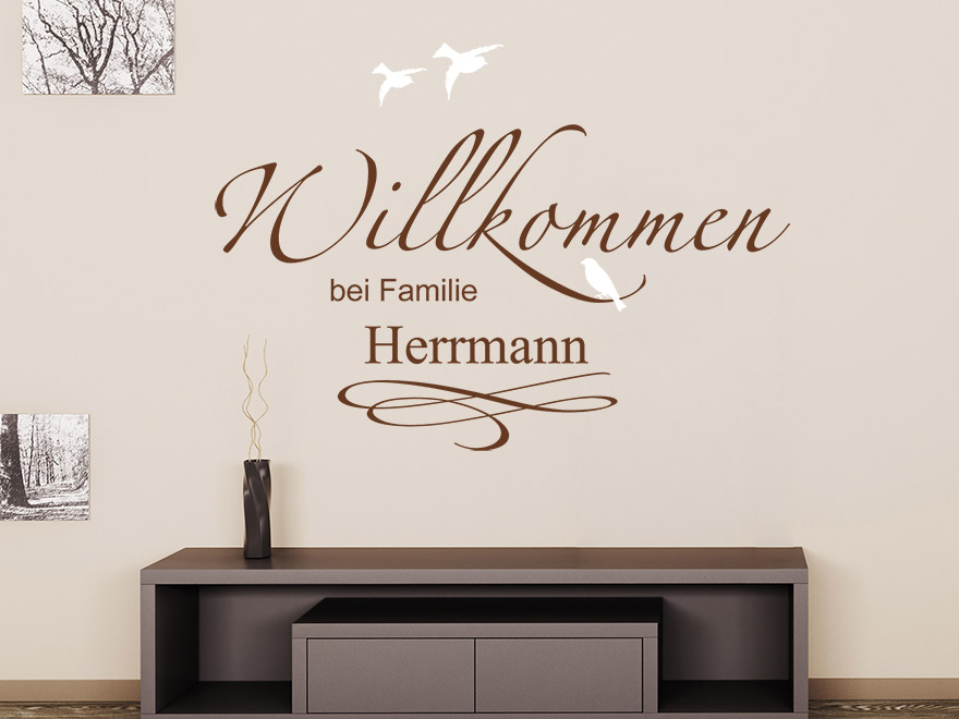 zweifarbiges wandtattoo willkommen bei familie wunschname von. Black Bedroom Furniture Sets. Home Design Ideas